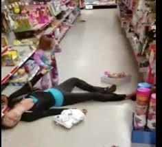 Mẹ phê ma túy nằm vật trong siêu thị trước mặt con gái 2 tuổi ảnh 1