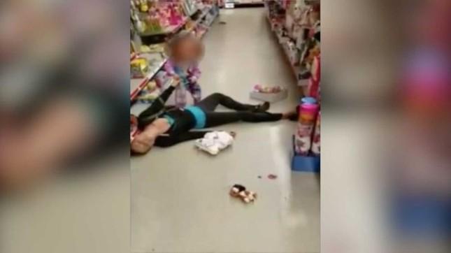 Mẹ phê ma túy nằm vật trong siêu thị trước mặt con gái 2 tuổi ảnh 2
