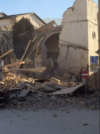 Ý tan hoang sau động đất cực mạnh ảnh 6