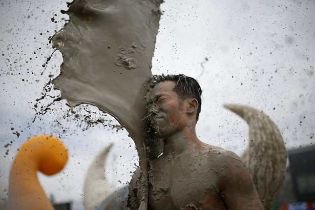 Thiếu nữ bên vườn đào lọt top ảnh ấn tượng nhất của Reuters ảnh 18