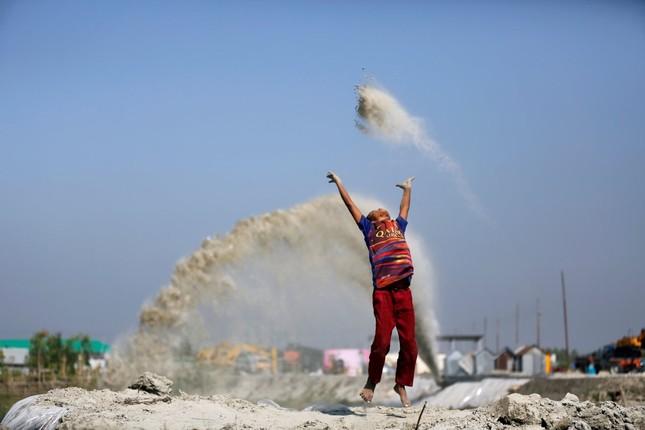 Thiếu nữ bên vườn đào lọt top ảnh ấn tượng nhất của Reuters ảnh 5