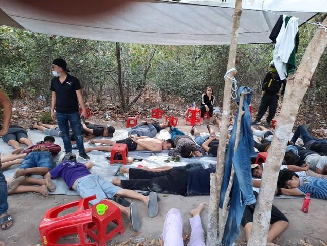 Cảnh sát vây ráp bắt hàng chục con bạc trong rừng tràm ảnh 1