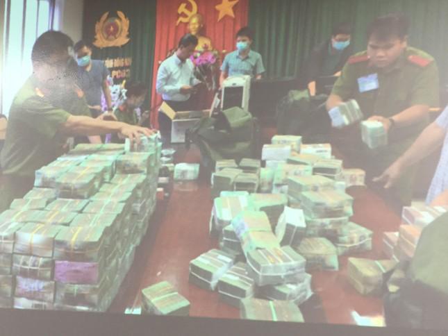 500 cảnh sát vây bắt đường dây làm xăng giả, thu giữ hơn 100 tỷ đồng tiền mặt ảnh 2
