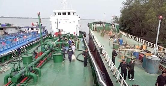Bắt 2 thuyền trưởng liên quan đường dây buôn lậu 200 triệu lít xăng giả ảnh 1
