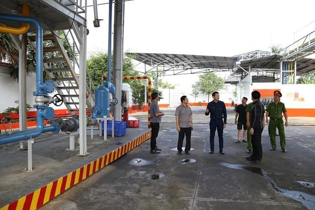 400 cảnh sát đồng loạt khám xét 10 cây xăng, bắt khẩn cấp giám đốc hệ thống xăng Vân Trúc ảnh 2