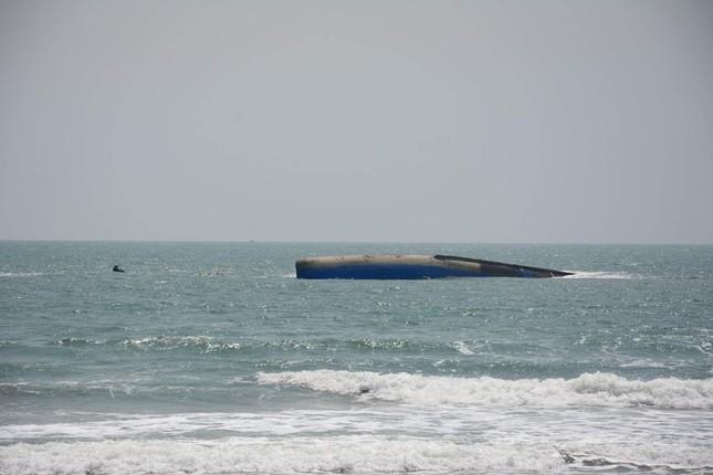 Cứu hộ tàu chở 1.500 tấn tro lật úp trên biển Bình Thuận ảnh 1