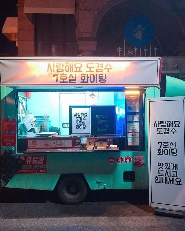 """10 món quà """"siêu xịn xò"""" của K-Pop: Xe đồ ăn áp đảo, Jung Kook tặng chuyến du lịch Tokyo ảnh 4"""