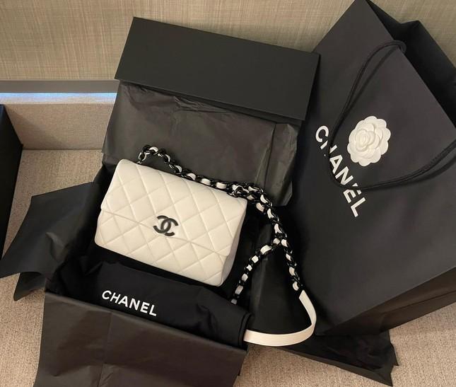 """Trấn Thành tặng túi hàng hiệu gần trăm triệu cho Hari Won vì ý tưởng làm phim """"Bố Già"""" ảnh 1"""