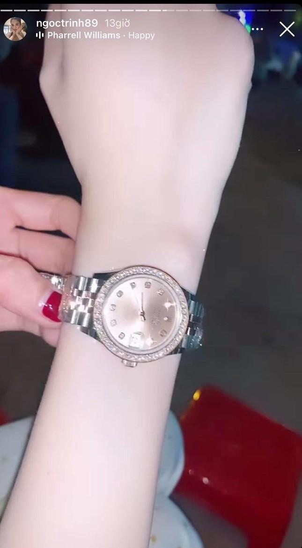Ngọc Trinh được bạn thân tặng đồng hồ hơn 500 triệu sau khi bị trộm bộ sưu tập 15 tỷ đồng ảnh 2