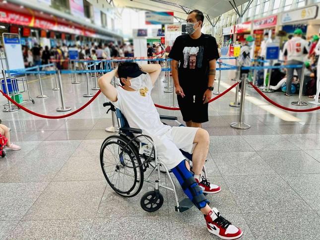 """Karik nẹp chân ngồi xe lăn sau sự cố sân khấu, hứa vẫn có mặt ở concert """"Rap Việt"""" ảnh 1"""