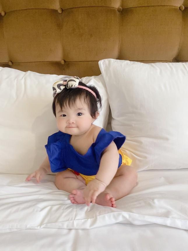 """Đông Nhi cho con gái hóa thân Bạch Tuyết, dân mạng thả tim vì """"bánh bao sữa"""" quá đáng yêu ảnh 1"""
