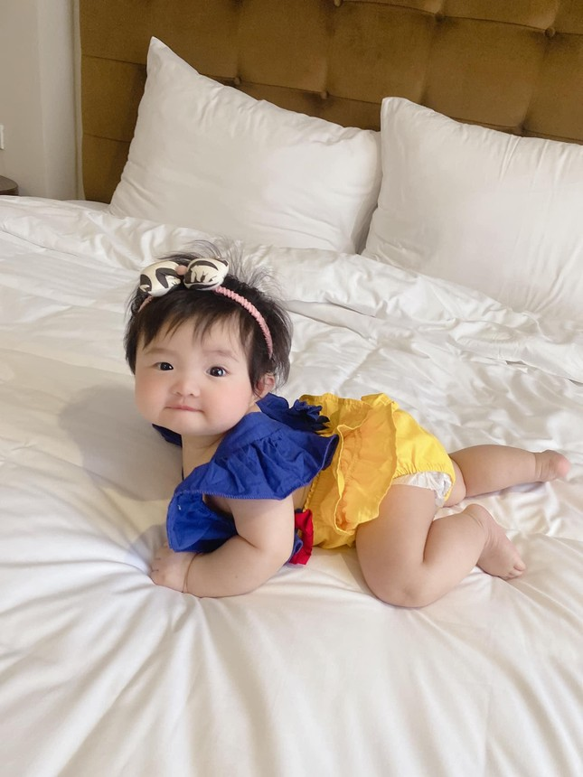 """Đông Nhi cho con gái hóa thân Bạch Tuyết, dân mạng thả tim vì """"bánh bao sữa"""" quá đáng yêu ảnh 2"""
