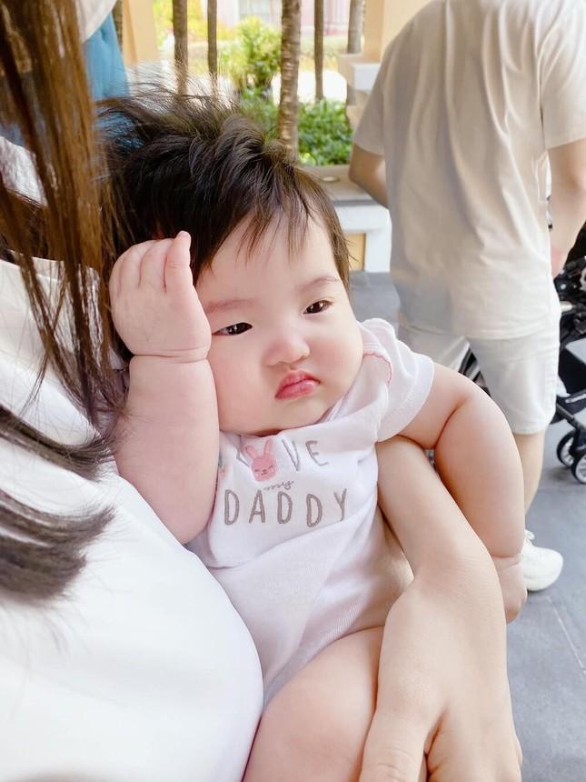 """Những khoảnh khắc """"hổ báo"""" của bé Winnie, mẹ Đông Nhi không lo bị ăn hiếp ảnh 4"""