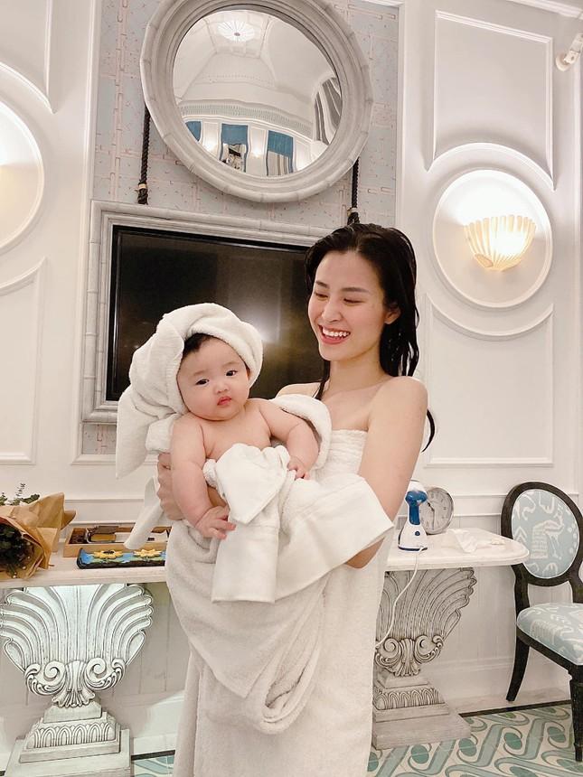 """Những khoảnh khắc """"hổ báo"""" của bé Winnie, mẹ Đông Nhi không lo bị ăn hiếp ảnh 5"""