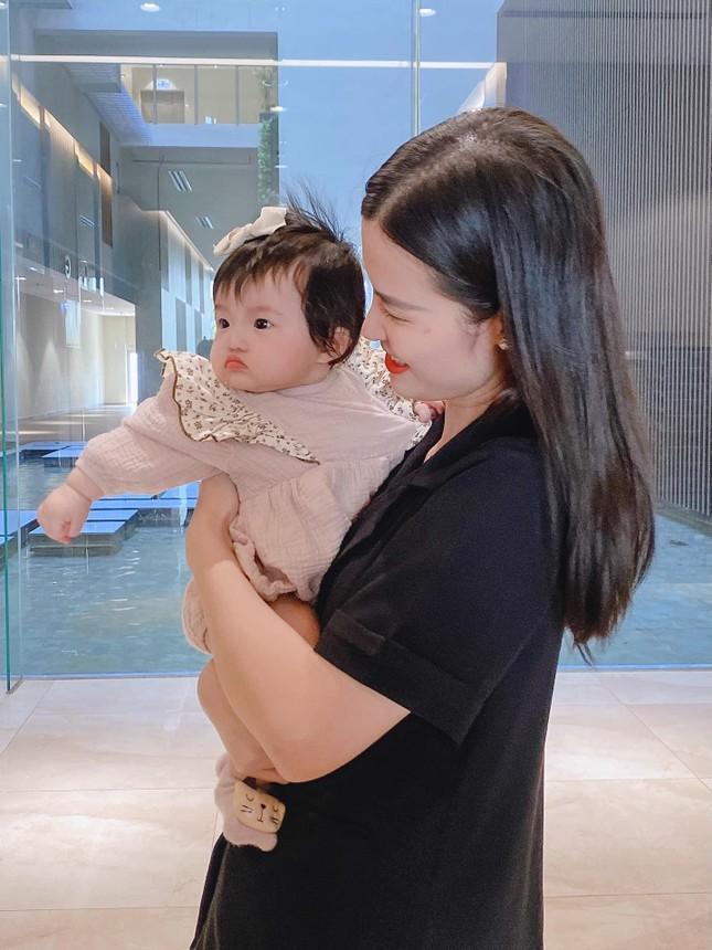 """Những khoảnh khắc """"hổ báo"""" của bé Winnie, mẹ Đông Nhi không lo bị ăn hiếp ảnh 1"""
