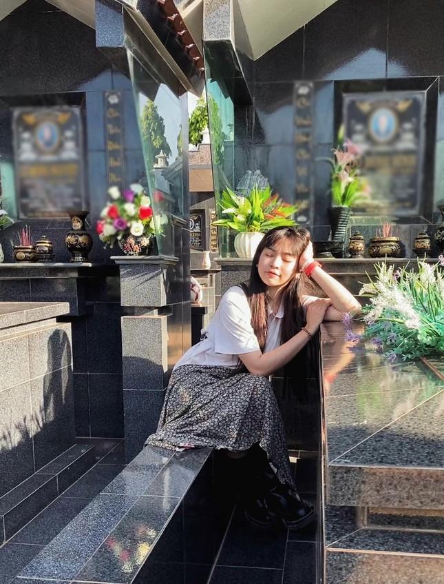 Gây tranh cãi với ảnh tạo dáng ở bia mộ, Khánh Vân khẳng định mình không làm sai ảnh 1