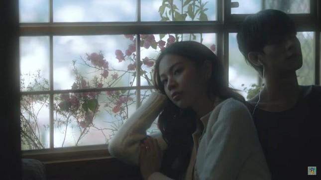 """Phí Phương Anh lại gây tranh cãi khi """"bê"""" nguyên hình ảnh của Trịnh Sảng vào MV mới ảnh 1"""