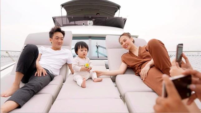 """Đàm Thu Trang gọi yêu con gái là """"Cường con"""", cùng Cường Đôla du ngoạn sông Sài Gòn ảnh 2"""