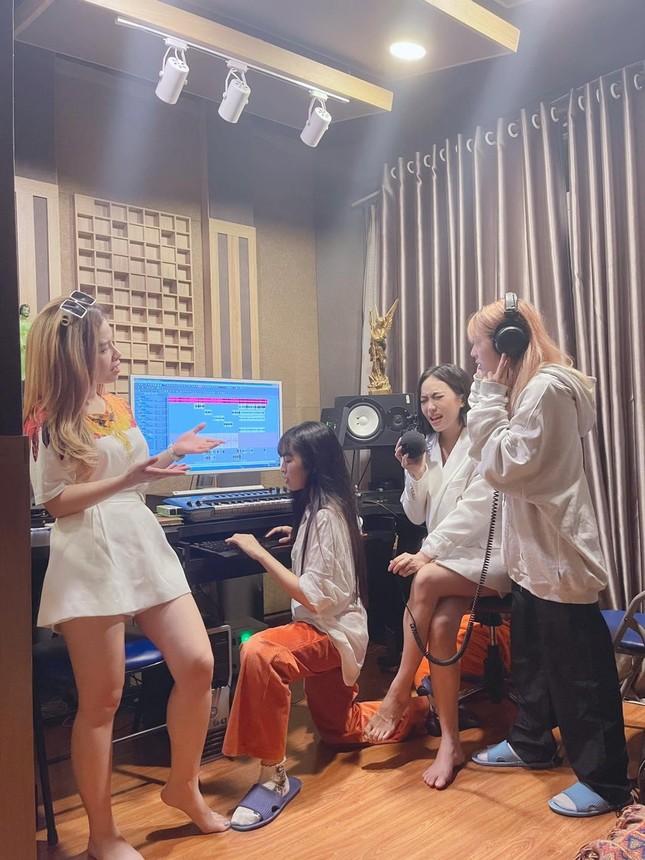 """Dương Hoàng Yến mời hội chị em """"Sao Nhập Ngũ"""" và Mũi trưởng Long xuất hiện trong MV mới? ảnh 3"""