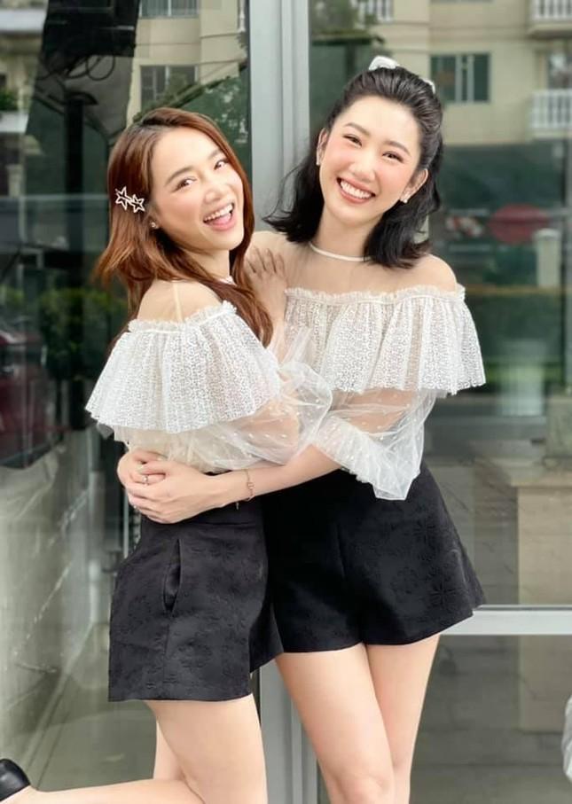 """""""Chị em Châu Báu"""" Nhã Phương - Thúy Ngân chăm diện đồ đôi từ thường ngày đến thảm đỏ ảnh 1"""
