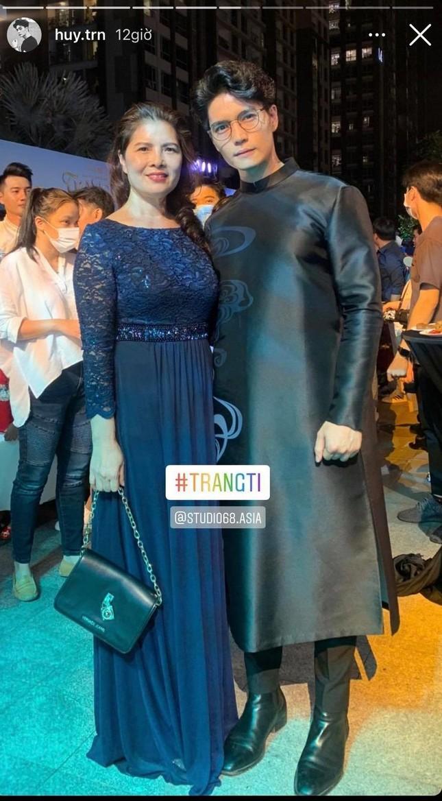 Huy Trần đưa mẹ đi ủng hộ phim mới của Ngô Thanh Vân, cặp đôi sắp công khai? ảnh 2