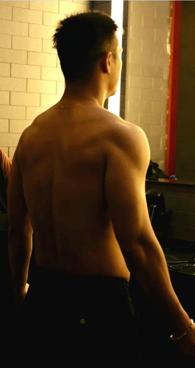 """Running Man Việt Nam mùa 2: Trương Thế Vinh khoe cơ bắp cuồn cuộn, xứng danh """"Voi Biển"""" ảnh 1"""