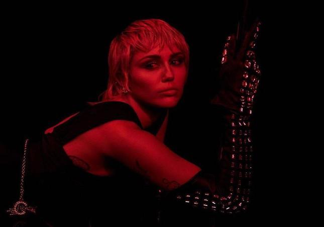 """Xem cách Miley Cyrus quậy tung cả thế giới trong single mới """"Midnight Sky"""" kìa! ảnh 4"""