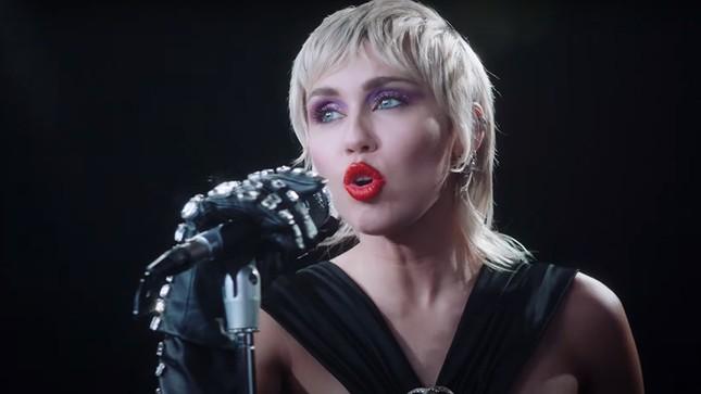 """Bật mí những điều ít ai biết về MV """"Midnight Sky"""" từ admin fanpage Miley Cyrus Vietnam ảnh 1"""
