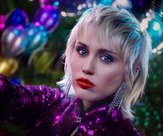 """Bật mí những điều ít ai biết về MV """"Midnight Sky"""" từ admin fanpage Miley Cyrus Vietnam ảnh 4"""