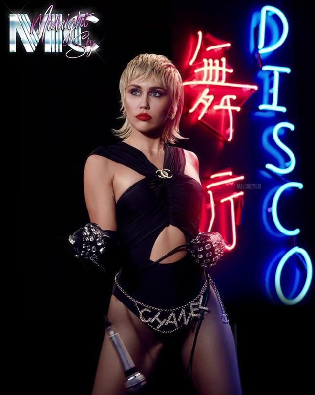 """Bật mí những điều ít ai biết về MV """"Midnight Sky"""" từ admin fanpage Miley Cyrus Vietnam ảnh 5"""