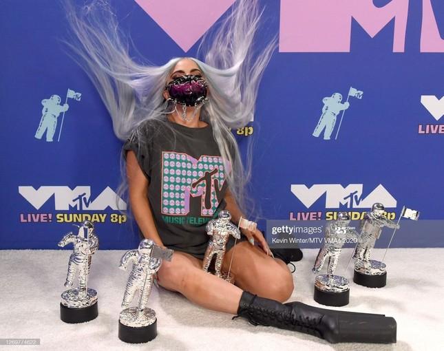 Dàn sao khuấy động VMAs 2020: Lady Gaga, Ariana Grande, BTS, The Weeknd thắng lớn ảnh 9
