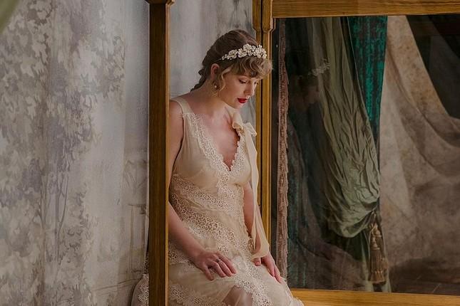 """Có lẽ nào MV """"willow"""" của Taylor Swift là ngoại truyện của MV """"cardigan""""? ảnh 2"""