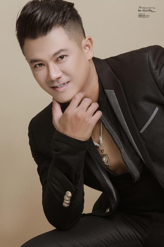Vân Quang Long kín tiếng trong đời tư, sống một mình ở Mỹ kiếm tiền chu cấp cho gia đình ảnh 1