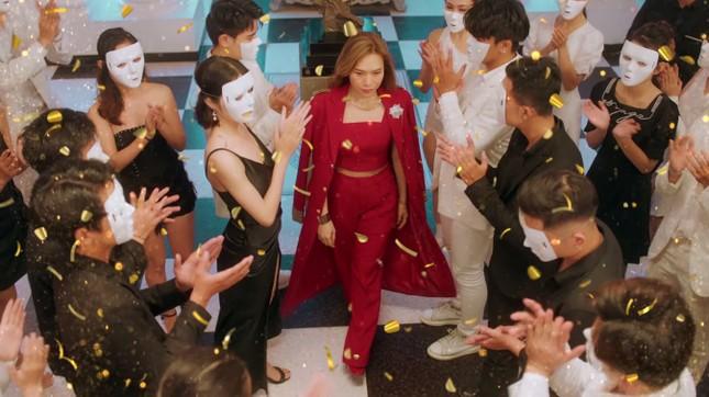 """""""Chị đẹp"""" Mỹ Tâm sang chảnh trong MV mới với loạt phụ kiện đến từ thương hiệu Chanel ảnh 7"""