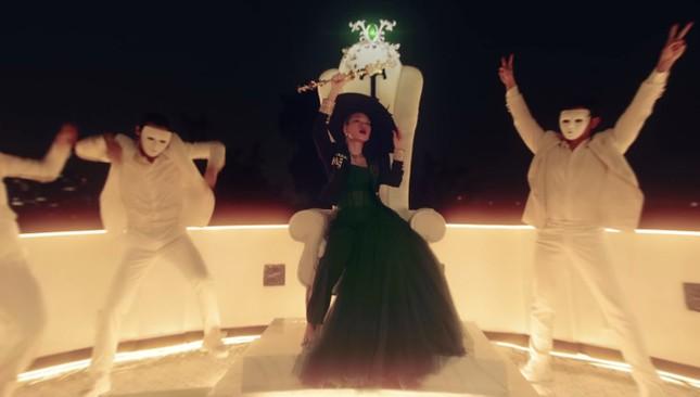 """""""Chị đẹp"""" Mỹ Tâm sang chảnh trong MV mới với loạt phụ kiện đến từ thương hiệu Chanel ảnh 6"""