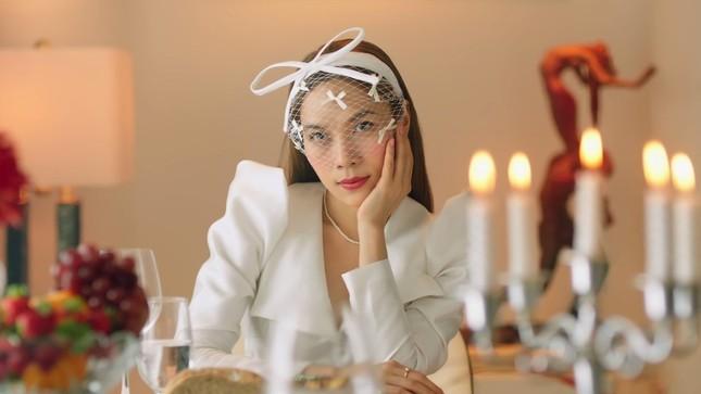 """""""Chị đẹp"""" Mỹ Tâm sang chảnh trong MV mới với loạt phụ kiện đến từ thương hiệu Chanel ảnh 1"""