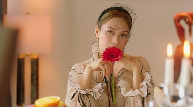"""""""Chị đẹp"""" Mỹ Tâm sang chảnh trong MV mới với loạt phụ kiện đến từ thương hiệu Chanel ảnh 2"""