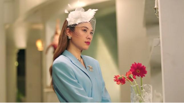 """""""Chị đẹp"""" Mỹ Tâm sang chảnh trong MV mới với loạt phụ kiện đến từ thương hiệu Chanel ảnh 3"""