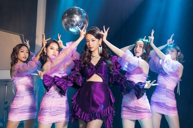 """Phí Phương Anh vừa ra MV đầu tay đã bị netizen """"ném đá"""", so sánh với Chi Pu vì điều này ảnh 3"""