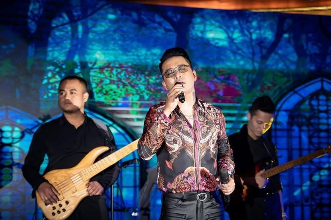 Vợ chồng ca sĩ Tuấn Hưng lần đầu cùng 3 thiên thần nhỏ xuất hiện trên sân khấu ảnh 3