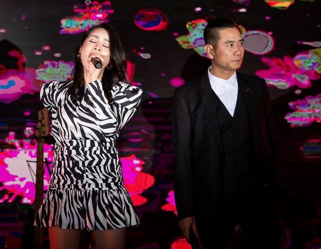 Vợ chồng ca sĩ Tuấn Hưng lần đầu cùng 3 thiên thần nhỏ xuất hiện trên sân khấu ảnh 5