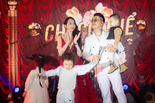 Vợ chồng ca sĩ Tuấn Hưng lần đầu cùng 3 thiên thần nhỏ xuất hiện trên sân khấu ảnh 4
