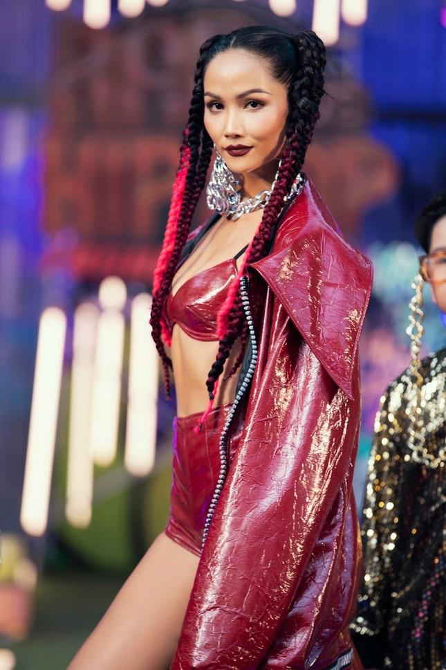 """H'Hen Niê tết tóc cực chất, Thanh Hằng """"catwalk bằng mô tô"""" trong show thời trang Hip-Hop ảnh 2"""