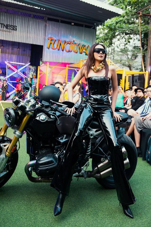 """H'Hen Niê tết tóc cực chất, Thanh Hằng """"catwalk bằng mô tô"""" trong show thời trang Hip-Hop ảnh 3"""