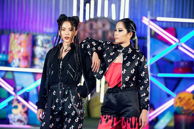 """H'Hen Niê tết tóc cực chất, Thanh Hằng """"catwalk bằng mô tô"""" trong show thời trang Hip-Hop ảnh 4"""