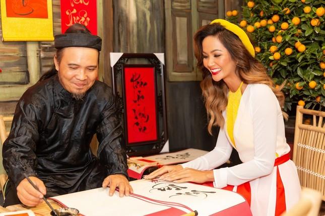 Hoa hậu H'Hen Niê rủ Khánh Vân du Xuân đầu năm, diện áo tứ thân cực lộng lẫy ảnh 2