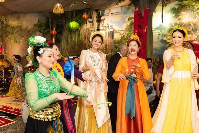 Hoa hậu H'Hen Niê rủ Khánh Vân du Xuân đầu năm, diện áo tứ thân cực lộng lẫy ảnh 4