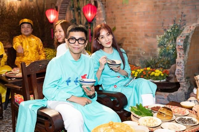 Hoa hậu H'Hen Niê rủ Khánh Vân du Xuân đầu năm, diện áo tứ thân cực lộng lẫy ảnh 6