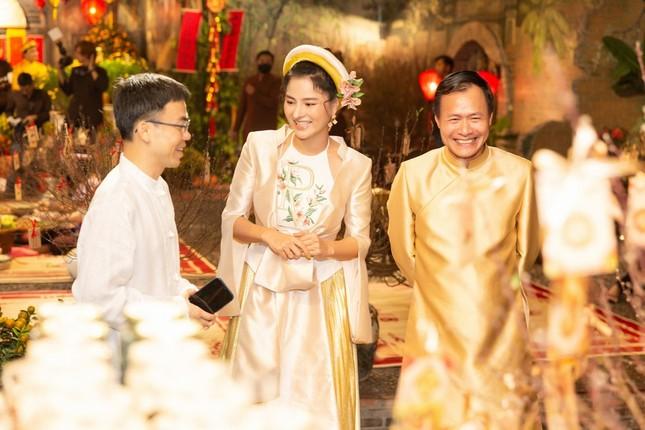 Hoa hậu H'Hen Niê rủ Khánh Vân du Xuân đầu năm, diện áo tứ thân cực lộng lẫy ảnh 1