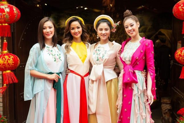 Hoa hậu H'Hen Niê rủ Khánh Vân du Xuân đầu năm, diện áo tứ thân cực lộng lẫy ảnh 3